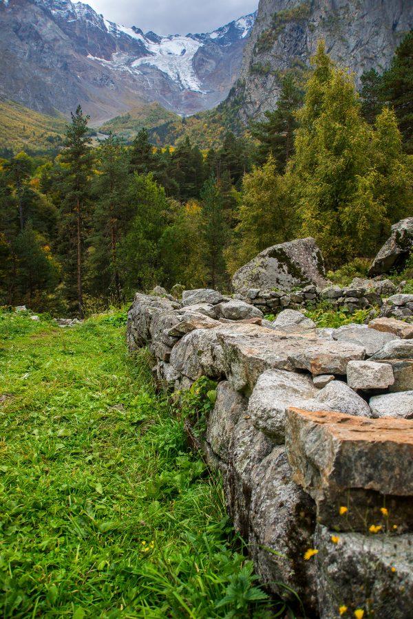 Кавказ. Северная Осетия-Алания. Цейское ущелье. Цейский ледник. Святилище Реком.
