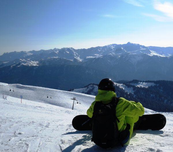 сноубордист на склоне горы